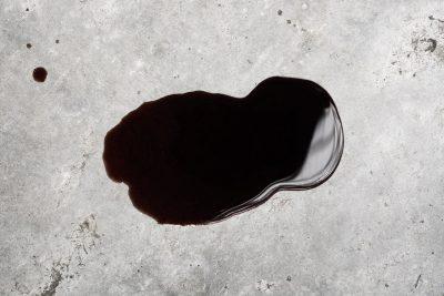 Enlever une tache d'huile sur du béton ciré