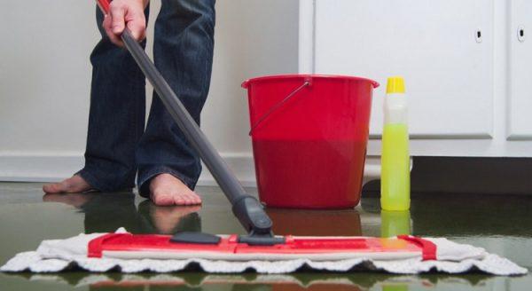 Nettoyage du béton ciré avec une serpillère humide et un nettoyant neutre